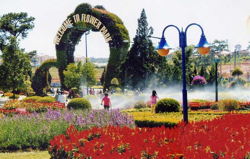 Tưới nước hoa ở vườn hoa