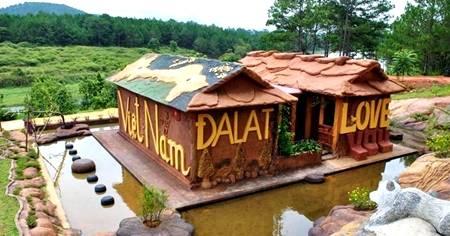 Ngôi nhà được làm bằng đất sét