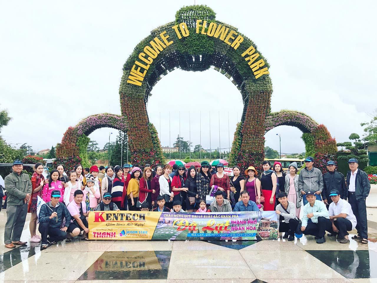 Chụp ảnh tại cổng hoa Đà Lạt