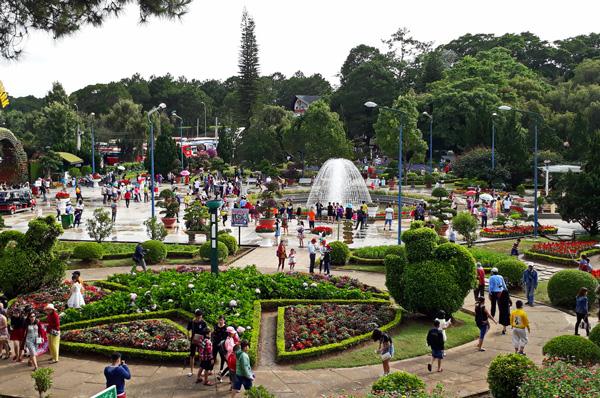 du khách tham quan du lịch ở vườn hoa Đà Lạt